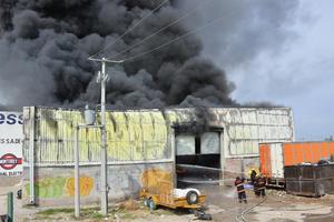 Temiendo lo peor, el velador avisó rápidamente al número de emergencias sobre la situación, después pidió a los trabajadores de la tienda de materiales cercana que evacuaran ante la cercanía del fuego.