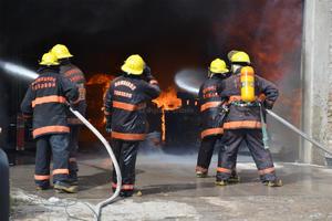 Se utilizaron unas diez pipas y camiones para poder combatir las llamas.