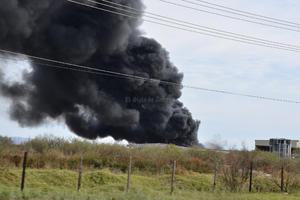 Debido a la intensidad de las llamas, éstas se extendieron hasta una tienda de materiales para construcción, negocio que resultó totalmente afectado.