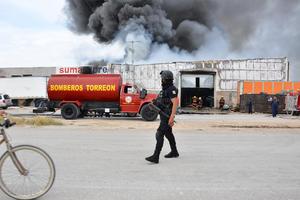En minutos acudieron efectivos de Protección Civil, Bomberos, Cruz Roja y hasta de la Policía Municipal, de inmediato resguardaron la zona y evacuaron a todas las personas en los alrededores para evitar una tragedia.
