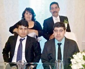 15112015 Antonia y su esposo, Gerardo, con sus hijos, Tony y Gerardo.