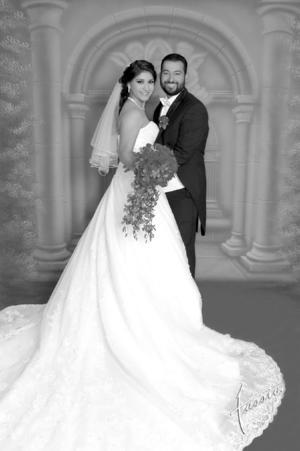 Felices en una fotografía de estudio lucieron el día de su boda Beatriz Aracely Morales Castañeda y Alfonso López Gutiérrez.- Estudio Fassio