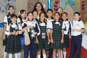 16112015 Claudia Fernández con alumnos de 6°