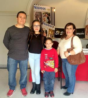 17112015 Ernesto Hernández  y Luz Verónica Silva con sus hijos Ana Verónica y Luis Ernesto Hernández Silva.