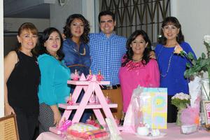 18112015 BABY SHOWER.  Yolanda Aguirre con las organizadoras de su festejo y su esposo.