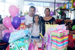19112015 CUMPLE 9 AÑOS.  Jade Angeline con sus papás, Gregorio Torres y Ángeles Barrera.