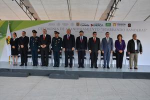 Previamente, en la explanada de la Plaza Mayor, el gobernador del Estado Rubén Moreira, el alcalde Miguel Angel Riquelme y el comandante de la XI Región Militar Uribe Toledo Sibaja encabezaron la ceremonia de abanderamiento de 70 escuelas.