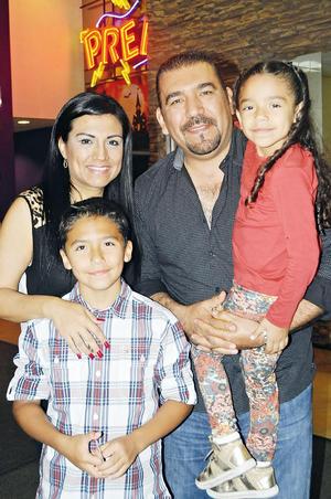 22112015 EN FAMILIA.  Mateo, Brenda, José y Blanca.