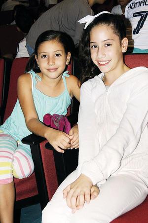 22112015 EN EL TEATRO.  Marisol y Ximena.