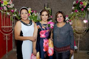 22112015 La festejada recibió los mejores deseos para su próxima etapa de casada.