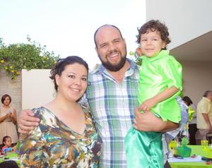 22112015 CUMPLE TRES AñOS.  El pequeño Gonzalo con sus papás, Mary Carmen y Gonzalo.