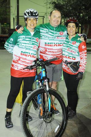 24112015 Laura Elena Berumen, Claudia González y Nacho Meléndez.