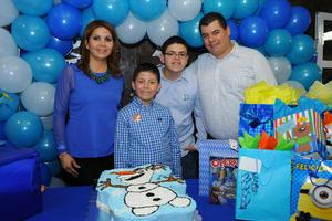 24112015 CUMPLE 10 AÑOS.  Érick con sus papás, Gabriela y Arnoldo Becerril, y Axel.