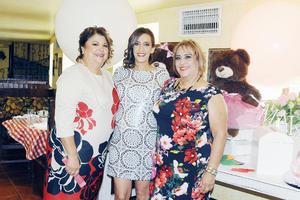 24112015 AGRADABLE BABY SHOWER.  Perla de Gaucín acompañada por Lupita Gaucín y Norma de Iracheta, quienes lucieron como anfitrionas.
