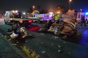 El conductor de un camión de carga se pasó un alto y ocasionó un fuerte accidente en el cruce del nuevo Periférico y la carretera a Santa Rita en Gómez Palacio.