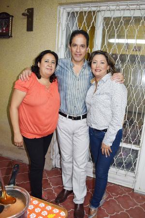 25112015 CELEBRAN.  En el cumpleaños de Verito Hernández y Adriana Rodríguez, las acompaña Paco Amozurrutia Carson.