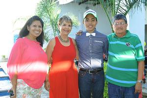 26112015 FELIZ CUMPLEAñOS.  Omar Alvarado Nava con sus abuelos en su fiesta de 15 años.