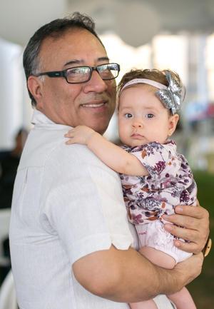 Salvador Alonso con su nieta María José