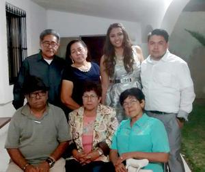 27112015 Estuvieron presentes en la despedida familiares quienes compartieron momentos muy agradables con los novios.