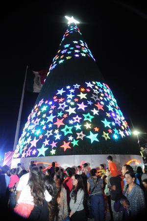 El Pino navideño mide cerca de 20 metros de alto y se encuentra en la Plaza Mayor.