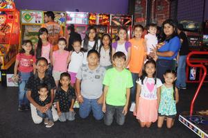 29112015 UN DíA INOLVIDABLE.  Jade Angeline Torres Barrera, con sus amigos, en su fiesta de cumpleaños.