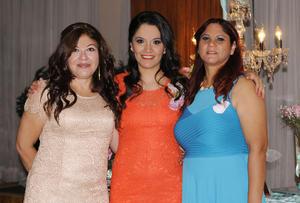 29112015 SE CASARá EN ABRIL.  Érika González Sandoval con las organizadoras de su despedida de soltera, su mamá, Patricia Sandoval, y su suegra, Ma. Lourdes Hernández.