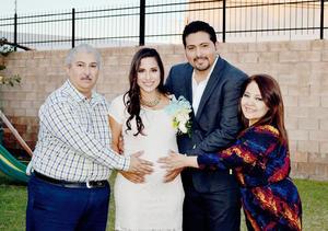 29112015 Humberto Romero Campos y María Antonieta Márquez de Romero, abuelitos paternos, acompañaron en este día tan importante a Yocelyn al igual que su esposo Jorge Humberto Romero, quien se encuentra muy feliz por la llegada se su primer hijo.