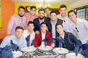 29112015 ONOMáSTICO.  Hugoalexi festejando su cumple con sus amigos.