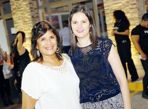 29112015 EN UNA APERTURA.  Raquel y Mayra.