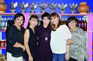 29112015 FESTEJAN.  Rocío Rodríguez con sus hermanas Paty, Katy, Rebeca y Nena.