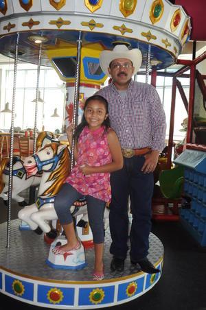 29112015 APAGA DIEZ VELITAS.  Danna Luisa López Martínez con su papá, Efraín López Ramírez.