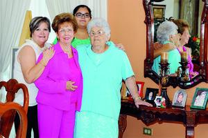 30112015 CELEBRACIóN DE CUMPLEAñOS.  Amparo González cumplió un año más de vida por lo que amigos y familiares la felicitaron ampliamente, en la fotografía la acompañan Socorro Durán, Karen Leticia Durán Gómez y Aurorita Máynez Durán.