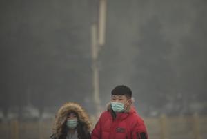 La Oficina municipal de protección medioambiental de Beijing explicó que las malas condiciones del aire se deben al uso de carbón como calefactor por el frío invernal, así como las emisiones de vehículos.
