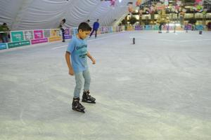 Se contará con el apoyo de 15 monitores (jóvenes), quienes asesorarán a las personas que no cuentan con la destreza suficiente para patinar sobre hielo.