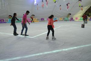 Laguneros disfrutan de la pista de hielo ubicada en la Plaza Mayor de Torreón.