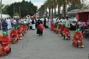 Los sacerdotes conformaron el grupo de danzantes en la peregrinación.