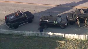 Horas después, la policía bloqueó el paso a una camioneta negra que parecía tener varios impactos de bala, sobre una calle residencial de San Bernardino. Se intercambiaron disparos y dos sospechosos fueron abatidos, informaron las autoridades.