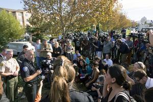 La policía informó que los reportes de los testigos varían de uno a tres hombres armados.