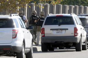 El ataque al Inland Regional Center comenzó hacia las 11:00 am (1:00 pm, hora del centro de México) en la que la policía recibió un aviso de tiroteo, con lo que activó el protocolo de respuesta de los servicios de emergencia y seguridad.