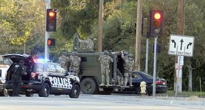 Por lo menos tres hombres armados que se cree vestían ropa estilo militar abrieron fuego en un centro de servicios sociales en el sur de California.