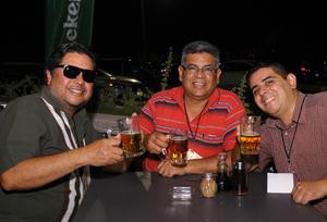 02122015 SE DIVIERTEN.  Fernando, Víctor y Víctor.