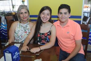 02122015 EN FAMILIA.  Waby y Jana García García con su mamá, Gaby García A.