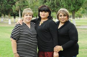 03122015 FESTEJA SU CUMPLEAñOS.  Aurora Palacios Luna en compañía de sus hermanas, Adela y Marcela Palacios.