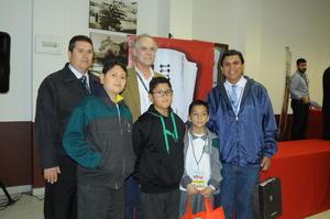Lic. Antonio González Karg, junto algunos de los ganadores.