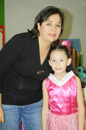 04122015 CUMPLIó SIETE AñOS.  Paola Ruiz del Río con su mamá Patricia del Río.