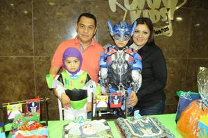 04122015 DOBLE CELEBRACIóN.  Luciano y Leonardo con sus papás Carla Rodríguez y Fernando Meraz.