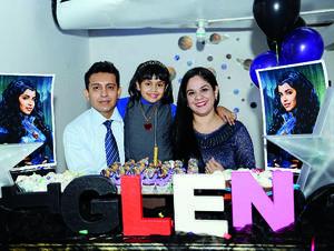 06122015 FELIZ CUMPLEAñOS.  La pequeña Helen Rangel Valenzuela con sus papás, Cuauhtémoc Rangel e Ivonne Valenzuela, en su fiesta por su cumpleaños número ocho.