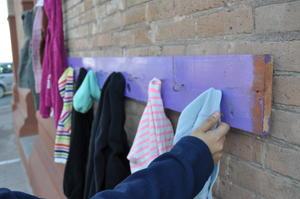 La campaña consiste en entregar y recibir abrigos en un improvisado perchero callejero.