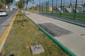 La ciclopista de la Línea Verde se observa con 'parches' y carece de postes funcionales de alumbrado.