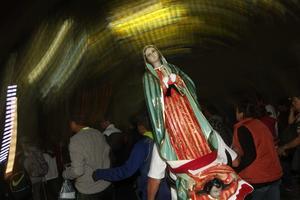Figuras de la Virgen se pueden observar en la Basílica de Guadalupe.